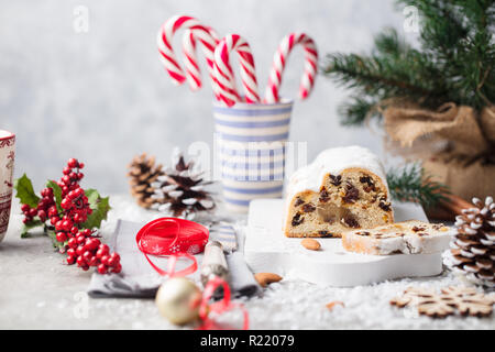 Christstollen Kuchen mit Puderzucker, Marzipan und Rosinen. Traditionelle Dresdner Christus Gebäck. - Stockfoto