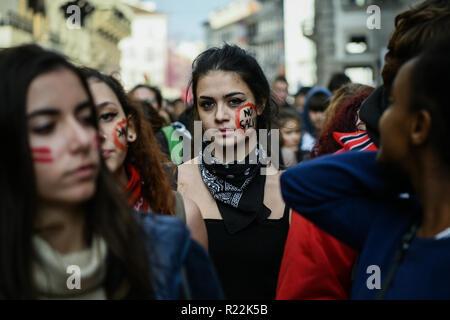 """Mailand, Italien - November 16, 2018: Ein junger Demonstrant zeigt einen Hinweis auf ihrer Wange, die lautet 'Nein Salvini"""", wie Sie ein Teil der """"Studenten keine salvini Tag protest Credit: Piero Cruciatti/Alamy leben Nachrichten - Stockfoto"""