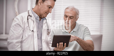 Arzt und Senior Patienten mit digital-Tablette - Stockfoto