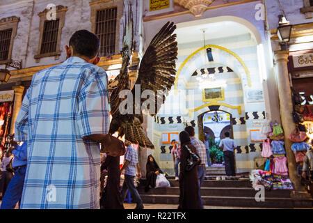 Damaskus, Syrien: Anbieter und Passanten gegenüber einer Moschee im Al-Hamidiyah Souk in der Altstadt. - Stockfoto