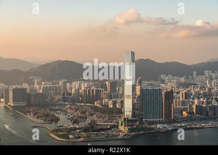 Sonnenuntergang über der Skyline von Kowloon aus der Victoria Peak, Hong Kong SAR, China - Stockfoto