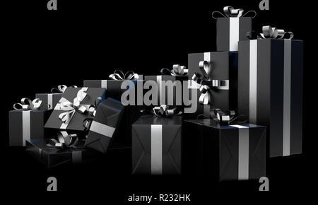 Eine verstreute Sammlung verschiedener Größe Geschenk Boxen in einem schwarzen, glänzenden Papier und eine silberne Band und Bogen auf einem isolierten dunklen Studio Hintergrund verpackt - - Stockfoto