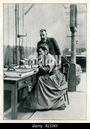 Curie, Marie <1867-1934>, Physiker und Chemiker und Pierre Curie <1859-1906> in Ihrem Labor, - Stockfoto