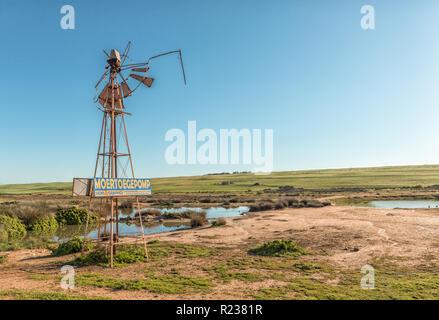 VREDENBURG, SÜDAFRIKA, 21. AUGUST 2018: Eine lustige Zeichen auf eine defekte Mühle in der Nähe von Vredenburg in der Provinz Western Cape - Stockfoto