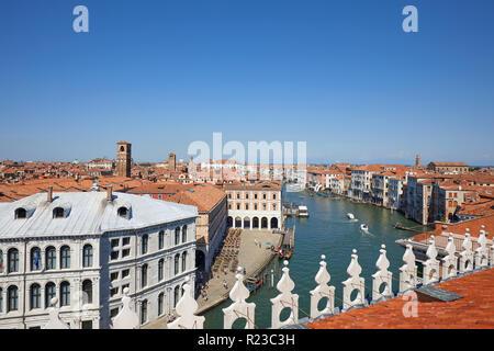 Venedig, Italien - 15 AUGUST, 2017: Blick auf den Canal Grande vom Fondaco dei Tedeschi, Luxus Kaufhaus Terrasse an einem sonnigen Sommertag - Stockfoto