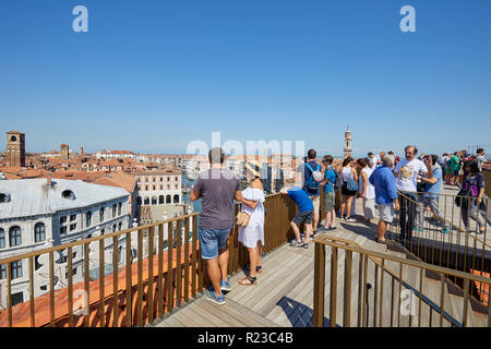 Venedig, Italien - 15 AUGUST 2017: Fondaco dei Tedeschi, Luxus Kaufhaus Terrasse mit Leuten, die an der Ansicht in einem sonnigen Sommertag - Stockfoto