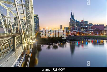 Nashville Skyline von John Seigenthaler Fußgängerbrücke in der Dämmerung Stockfoto