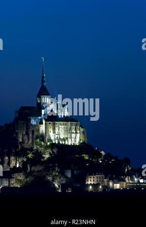 Nacht Blick auf den Mont-Saint-Michel (Le Mont-Saint-Michel), eine Gemeinde in der Normandie, Frankreich für seine Kloster- und Befestigungsanlagen bekannt. - Stockfoto
