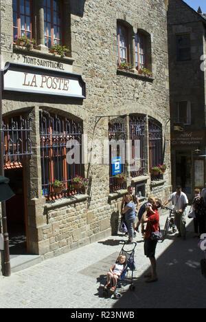 Die Post in Mont-Saint-Michel (Le Mont-Saint-Michel), eine Gemeinde in der Normandie, Frankreich für seine Kloster- und Befestigungsanlagen bekannt. - Stockfoto
