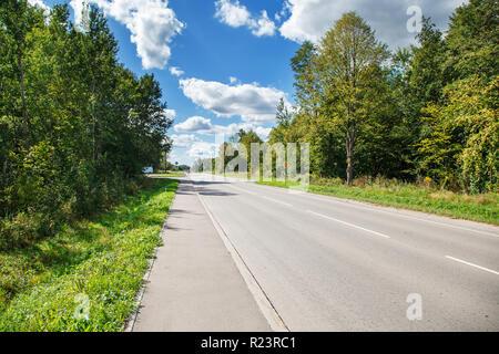 Neue asphaltierte Straße in die Landschaft auf sonnigen Sommertag - Stockfoto