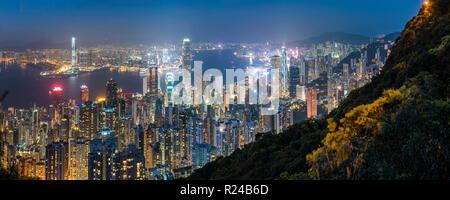 Blick auf Hong Kong Island, den Victoria Harbour und Kowloon in der Nacht, von Victoria Peak, Hong Kong, China, Asien - Stockfoto