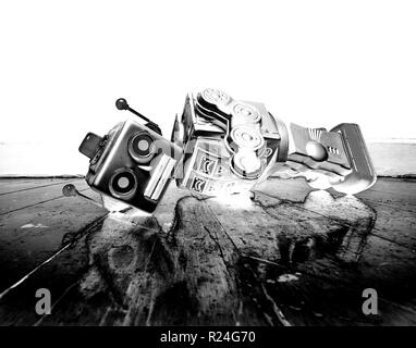 Jahrgang bot verlor seinen Kopf auf einem alten Holzboden mit Reflexion solarisiert Schwarzweiß - Stockfoto