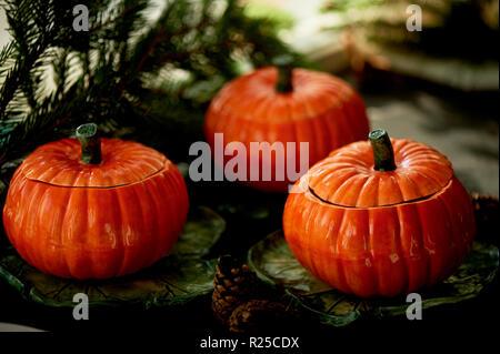 Handgefertigte Keramik in Form von kürbisse. Weihnachten Pfoten. Die Atmosphäre der Feier und Wohnkomfort. Fröhliches orange Töpfe auf dem Herd und Braten. - Stockfoto