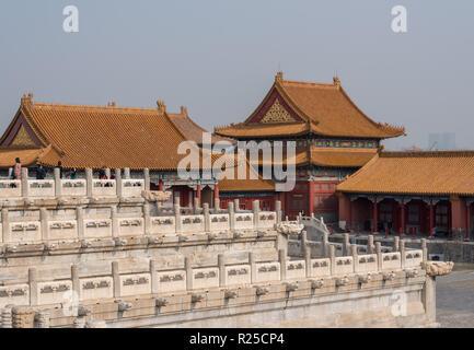 Details von Dach- und Schnitzereien in der Verbotenen Stadt in Peking - Stockfoto