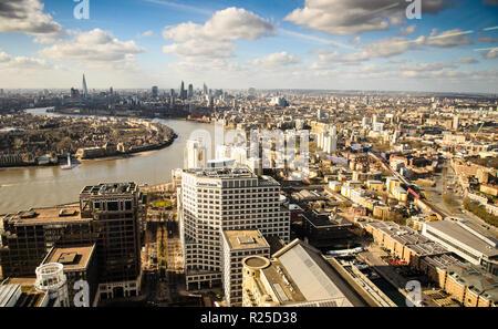 London, England, 27. Februar 2015: Die Themse schlängelt sich durch das Stadtbild von East London von den Docklands Canary Wharf Tower aus gesehen. - Stockfoto