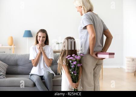 Ansicht von hinten bei Großmutter und Tochter zu überraschen, Mutter - Stockfoto
