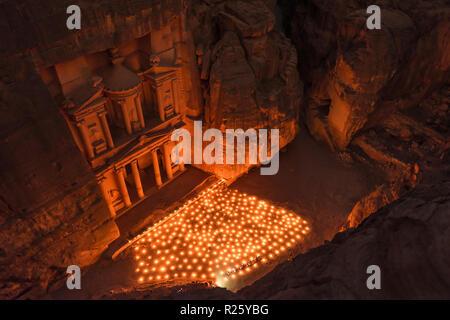 Kerzen vor dem Schatzhaus des Pharao, in den Fels geschlagen, bei Nacht, Blick von oben in die Schlucht, Fassade des - Stockfoto