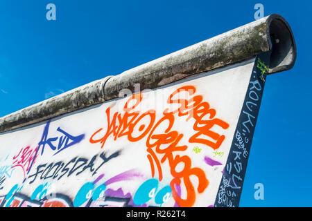 Ein Abschnitt des Graffiti auf der berühmten East Side Gallery an der Berliner Mauer, Berlin, Deutschland. - Stockfoto