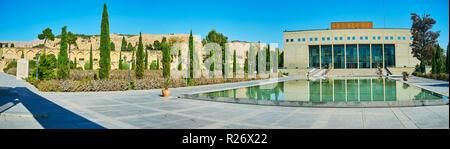 Panorama der Jahan Nama Garten mit Gebäude der Nationalbibliothek und Brunnen vor es, Shiraz, Iran. - Stockfoto