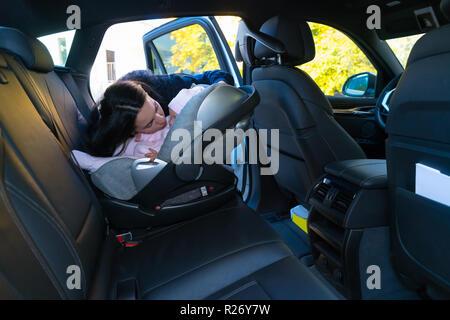 Mutter strammer kind im kindersitz auf dem fahrrad stockfoto bild