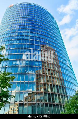 Berlin, Deutschland, 25. Mai 2015: DB-Hochhaus in Berlin. Berlin - die größte wirtschaftliche und finanzielle Zentrum nicht nur Deutschland, sondern auch die EU als whol - Stockfoto