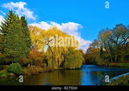 Erfassen einer späten herbstlich sonnigen Nachmittag in Ashford auf das Wasser, eine wunderschöne und malerische Dorf, in den weißen Gipfeln von Derbyshire. - Stockfoto