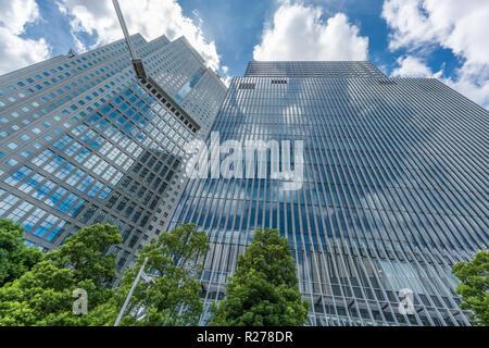 Tokio - August 14, 2018: Wolkenkratzer in Nagatacho Bezirk: Capitol Hotel Tokyu oder Tokyu Capitol Tower Building, Sanno Park Tower. Sky Reflexion - Stockfoto