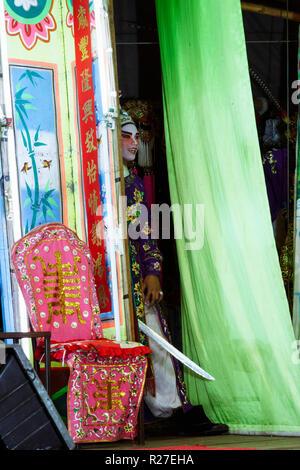 Bangkok, Thailand: Eine ambulante Chinesische Oper Schauspieler Einblicke in die Etappe von hinter den Vorhängen während einer Tour in Thailand. - Stockfoto