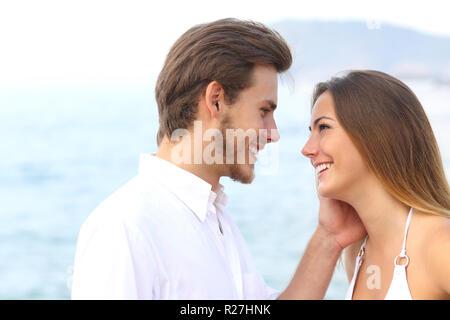 Romantisches Paar bereit am Strand im Sommerurlaub zu küssen. - Stockfoto