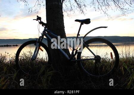 Fahrrad auf den See und die schöne Landschaft. - Stockfoto