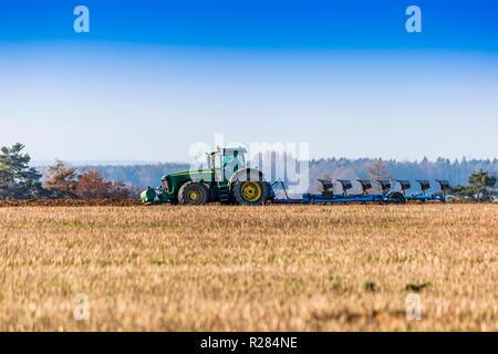 Traktor, ein Feld zu pflügen - Stockfoto