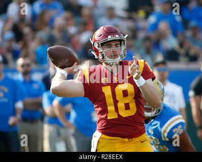 November 17, 2018 USC Trojans quarterback JT Daniels #18 Wirft einen Pass während der Fußball-Spiel zwischen die USC Trojans und UCLA Bruins im Rose Bowl in Pasadena, Kalifornien. Charles Baus/CSM - Stockfoto