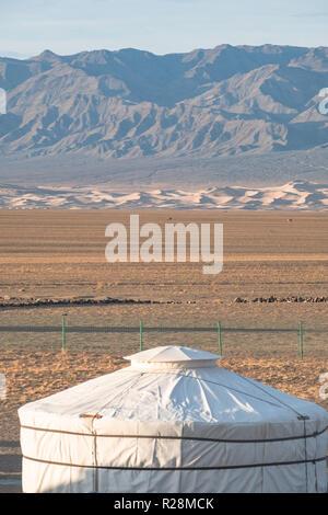 Dach eines Mongolischen Ger für Übernachtung mit Blick auf die Khongoryn Els Dünen im Hintergrund. - Stockfoto