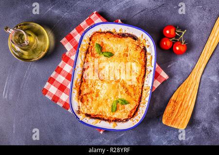 Traditionelle italienische Lasagne mit Gemüse, Hackfleisch und Käse, Ansicht von oben, kopieren. - Stockfoto