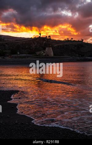 Bunt Dämmerung über der Küste von Playa San Juan an der Westküste von Teneriffa, Kanarische Inseln, Spanien - Stockfoto