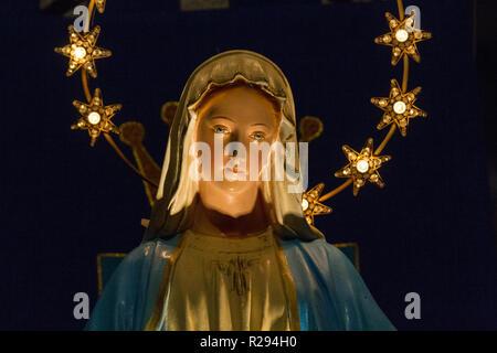 Notre Dame de Lourdes (Unsere Liebe Frau von Lourdes) - eine Statue der Jungfrau Maria in der Kirche San Vittore Martire. - Stockfoto