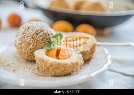 Hausgemachte süße Knödel mit Aprikosen gefüllt - Stockfoto