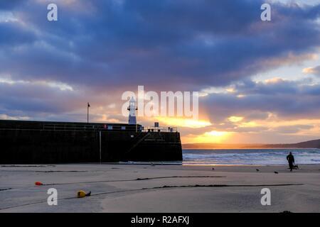 St Ives, Cornwall, UK. 18 Nov, 2018. Wetter. Es war ein fantastischer Sonnenaufgang über St. Ives in Cornwall mit starken Winden an einem milden November Morgen. Das Wetter kühler wird in der kommenden Woche zu werden. Credit: Paul Melling/Alamy leben Nachrichten - Stockfoto