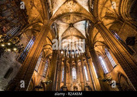 Barcelona, Spanien. 19 Dez, 2017. Panoramablick bis in das Innere des gotischen Kathedrale von Santa Eulalia, 'La Catedral de la Santa Creu i Santa Eulàlia'. Foto: Frank Rumpenhorst/dpa/Alamy leben Nachrichten - Stockfoto