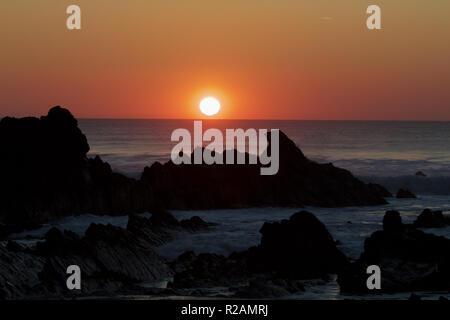 Cornwall, UK. Nov 2018 18. , Herrlichen Sonnenuntergang über Bude in Cornwall nach einem herrlichen sonnigen, aber kalten Tag. Credit: Keith Larby/Alamy leben Nachrichten - Stockfoto