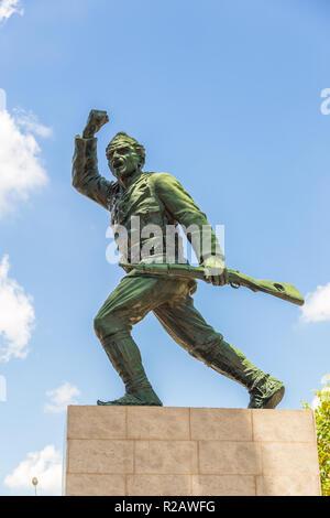Tirana, Albanien: 01. Juli 2014: Statue eines unbekannten Soldaten in Tirana. Denkmal für die Dienste eines unbekannten Soldaten und der gemeinsamen Memo gewidmet - Stockfoto