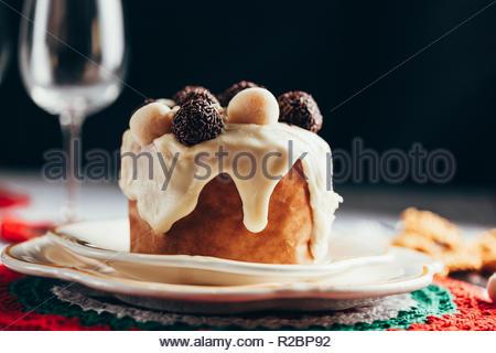 Weihnachtskuchen Panettone und Weihnachtsschmuck. - Stockfoto