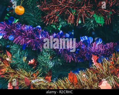 Bunte Weihnachten Hintergrund. Close-up Christmas ornament prop Dekoration auf Weihnachtsbaum Hintergrund. - Stockfoto