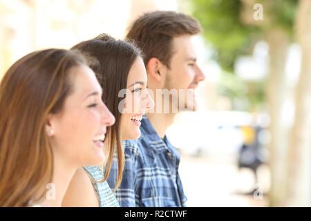 Profil von drei glückliche Freunde entfernt in der Straße - Stockfoto