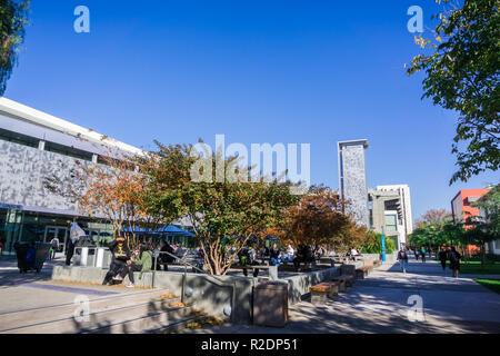 Dezember 6, 2017 San Jose/CA/USA - Studenten entspannen und Mittagessen in der sjsu Campus in South San Francisco Bay Area. - Stockfoto