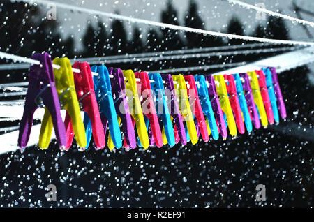 Bunte Stifte auf wäscheleine im Regen - Stockfoto