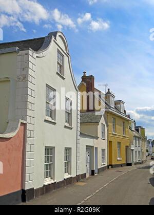 """Viele der bunten Häuser in der Strand sind die charakteristischen abgerundeten 'Dutch Gables"""" in Bath, Devon, England, Großbritannien - Stockfoto"""