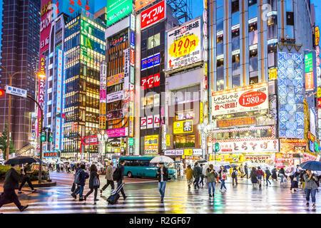 Tokyo, Japan - 28 Sep 2018 - große Gruppe von Menschen zu Fuß um eine sehr bunte und heller Bereich von Tokyo in einem nassen Tag in Japan - Stockfoto