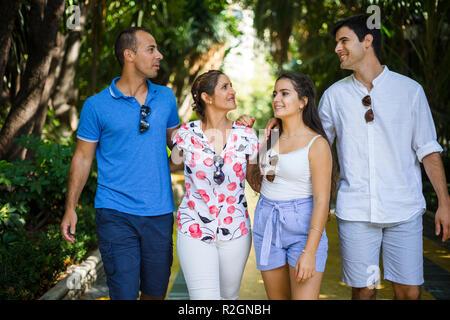 Eine Gruppe von Freunden die Zeit genießen Wandern in einem Park - Stockfoto