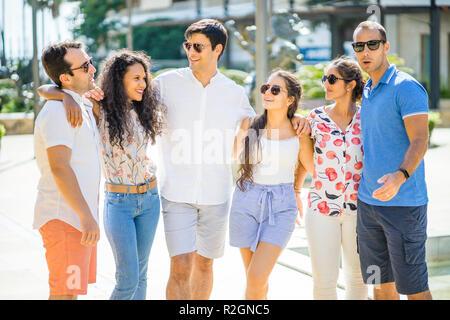 Gruppe von Freunden sprechen und lachen während der sonnigen Tag in der Stadt - Stockfoto